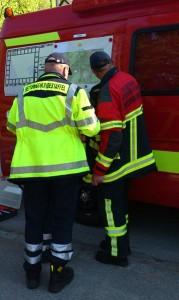 Feuerwehr-und-Hundestaffel_Lagebesprechung